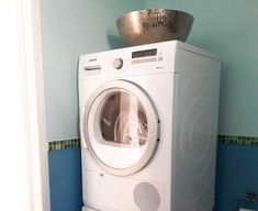 La colonne machine à laver et séchoir en avait bien besoin. C'est avec ce beau plat en métal travailler qu'on adoucit ce coin. ✨ Cosy Home, Washing Machine, Home Appliances, Beauty, House Appliances, Appliances