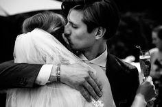 Hugs!   Bruiloft door de Kievit Bruiloften Bruidsfotografie