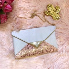 Sac pochette de soirée écru et rose  et doré - pochette pour cérémonie Small Bags, Pouch, Couture, Etsy, Bracelets, Gold, Jewelry, Leather Totes, Envelopes