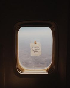 This American Airlines Flight Attendant Inspires Her Passengers With Tiny Window. This American Airlines Flight Attendant Inspires Her Passengers With Tiny Window Notes – Airplane Window, Airplane View, What Makes You Happy, Are You Happy, American Airlines Flight Attendant, Airlines American, Flight Attendant Quotes, Illustration Inspiration, Exploration