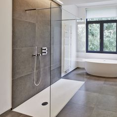 Walk in Shower & Glass Duschwand Caminhada no chuveiro e vidro Duschwand Bathroom Windows, Bathroom Layout, Bathroom Interior, Small Bathroom, Bathroom Hacks, Bathroom Designs, Bathroom Ideas, Window In Shower, Shower Tub