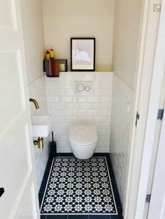 Gäste-WC's sind oft sehr klein. Doch jeden Raum, egal wie klein, kann man gut i… Guest toilets are often very small. But any room, no matter how small, can be well staged. Here's an example of how you can conjure up a cozy atmosphere with beautiful tiles. Small Toilet Room, Guest Toilet, Downstairs Toilet, Small Bathroom, Bathroom Ideas, Bathroom Remodeling, Remodeling Ideas, Toilet Wall, Mold In Bathroom