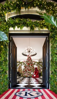 Architectural Digest paired up with the most famous mom of them all - Kris Jenner - to show you all the secrets of her Christmas decor! Casa Da Kris Jenner, Kris Jenner House, Family Christmas, Christmas Holidays, Christmas Decorations, Holiday Decor, Christmas Photos, Holiday Tree, Simple Christmas