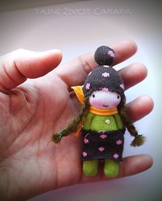 Looks like this is made from the fingers of gloves. Tiny Dolls, Soft Dolls, Cute Dolls, Sock Crafts, Cute Crafts, Sock Snowman, Sock Toys, Sock Animals, Dollhouse Accessories