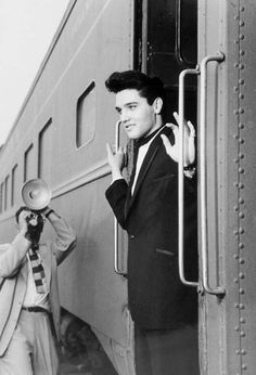 Elvis Presley on a train to Los Angeles, California, to begin the filming of G. Colonel, Young Elvis, Elvis And Priscilla, Elvis Presley Photos, Graceland, American Singers, Gorgeous Men, Beautiful People, Film