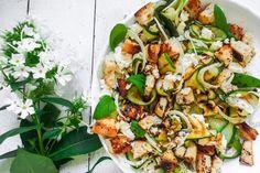 Feta-fenkoli-kesäkurpitsa-leipäsalaatti - Maailman paras salaatti