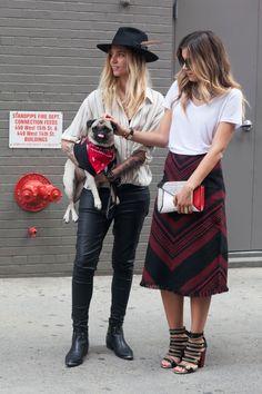 Resultado de imagem para friends street style at nyfw 17 pics Benny And The Jets, Skater Skirt, Midi Skirt, New York Fashion Week Street Style, Street Fashion, Cool Style, My Style, Fashion Looks, Hipster
