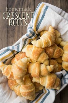 Crescent Rolls Homemade Crescent Rolls: these were so light, soft, and buttery! And so much tastier than store bought.Homemade Crescent Rolls: these were so light, soft, and buttery! And so much tastier than store bought. Homemade Croissants, Homemade Biscuits, Homemade Recipe, Crescent Roll Dough, Crescent Roll Recipes, Quick And Easy Appetizers, Easy Snacks, Snacks Kids, Lunch Snacks