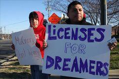 """Tucson (AZ), 22 dic (EFEUSA).- Los jóvenes indocumentados de Arizona amparados bajo la acción diferida """"cuentan las horas"""" para iniciar los trámites que les permitan obtener una licencia de conducir, un derecho que les fue negado por una medida de la gobernadora estatal, Jan Brewer, y al que podrán acogerse a partir de hoy lunes …"""