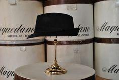 Mascota de pana, color negro. Corduroy trilby hat, black colour.