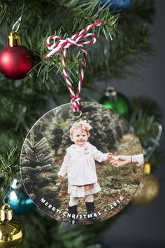 Super adorable and soo cheap - less than a dollar each! The perfect holiday gift idea for family and friends. Picture Christmas Ornaments, Personalized Photo Ornaments, Photo Frame Ornaments, Diy Christmas Ornaments, Christmas Photos, Christmas Tree Decorations, Holiday Crafts, Homemade Ornaments, Diy Christmas Gifts For Family
