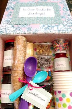 movie night gift basket Looking to make a great DIY gift basket for cheap Make this adorable ice cream sundae gift box - perfect for families, friends, coupons on vacations, movie nights - and a cheap way of enjoying a treat! Summer Gift Baskets, Family Gift Baskets, Themed Gift Baskets, Raffle Baskets, Gift Baskets For Kids, Vacation Gift Basket, Family Gift Ideas, Cheap Gift Baskets, Food Gift Baskets
