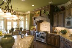Vihreä on tuotu keittiöön kaikilla seinä ja kattopinnoilla. Tämäntyylinen ratkaisu vaatii valaistukselta paljon.