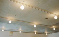 <p>スケルトン天井に配線ダクトレール&まん丸ホワイトランプ。お店みたいな照明計画。</p>