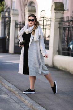 Schwarzes Kleid kombinieren: lässig mit Mantel, Schal und Sneakers