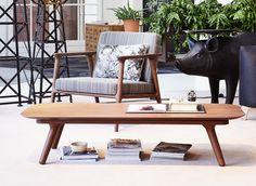 Zio Coffee Table, designat av Marcel Wanders för Moooi. Zio är ett soffbord som andas elegans, med sin låga höjd och raffinerade detaljer. Zio är tillverkat i brunbetsad massiv ek med smäckra linjer som ger ett sobert intryck.