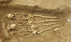 Koppel gevonden die elkaars hand 700 jaar lang vasthouden