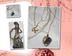 Duas correntes de crochê com fio metalizado ouro; pingente oval em crochê de arame ouro com uma ágata indiana.