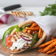 Gyros i pita er så innmari godt at du glemmer hele tacoen I Love Food, Good Food, Norwegian Food, Cooking Recipes, Healthy Recipes, Comfort Food, Recipes From Heaven, Garam Masala, Greek Recipes