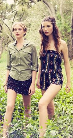 The girl on the right-- HER JUMPER. IS TO DIE FOR