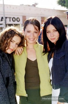 A gallery of Charmed publicity stills and other photos. Featuring Alyssa Milano, Rose McGowan, Holly Marie Combs, Shannen Doherty and others. Alyssa Milano, Serie Charmed, Charmed Tv Show, Holly Marie Combs, Rose Mcgowan, Kaley Cuoco, Old School Movies, Charmed Sisters, Shannen Doherty