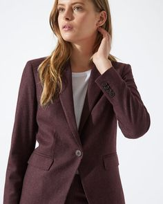 Our London Fit jacket is back and updated for Autumn Winter in a new colour. As always, our design team has focused on the details, with luxury features including AMF stitching and a contrast Melton under collar. A slim fit, further features include a single-button closure, notch lapels and welt pockets with flaps. Match with our Flecked London Fit Trousers or mix with other tailored separates from our new collection.