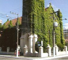 Catedral da Igreja Episcopal Anglicana do Brasil, é conhecida como a IGREJA CABELUDA, por sua característica de ser coberta por uma hera que muda de cor, conforme as estações do ano.