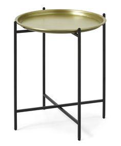 Osborn är ett litet, nätt och lättplacerat brickbord som du lätt kan skapa förändring i rummet med. Brickan är i guldfärgad metall och underredet är svartlackerat. Osborn är enkelt att fälla ihop och ställa undan när det inte används.