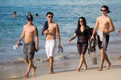 Nathan e alguns integrantes da Union J com amigos em Barbados (29 dez.) (via @TheGossipHive & @NJSykesMusic)