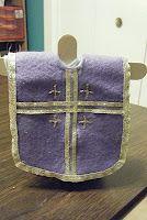 Las Vestimentas del Sacerdote para el altar en casa o mesita de oración.