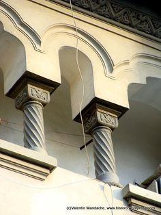 Case de Epoca. Historic Houses of Romania Stone Columns, My Town, Facade, Dan, Garden Ideas, Marble, To Go, Country, Places