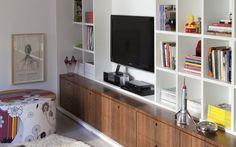 Ganhe mais espaço em casa - Gavetas abaixo da TV ajudam a organizar a bagunça sem prejudicar a decoração - Marco Antonio