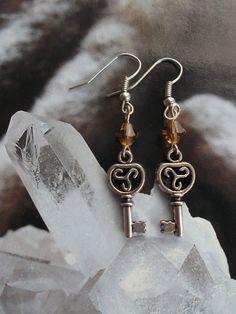 Keltische triskel triskeleon sleutel oorbellen door AvalondesignsNL on Etsy
