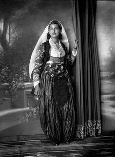 Kostum gruaje nga Shkodra 1937 - (Gegë Marubi)
