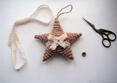 Возможно, мастер-класс по вязанию звезды вы уже здесь встречали. Но я предлагаю вам связать новогоднюю елочную игрушку из джутового шпагата. Казалось бы, совершенно непригодный для этого материал, на самом деле оказывается чуть ли не лучшим для этой цели. Звезды из джута будто сбежали от куклы Тильды и оказались на елке, подарив вашему дому много тепла и уюта.
