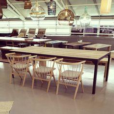 Bord #manogri 240x100 #gjenbruksmaterialer fra #1880 lamper fra #ebbandflow stol: #no8 fra @sibastfurniture. Alt kan bestilles på www.drivved.no #drivvedland #drivved  #påbestilling #barefordeg