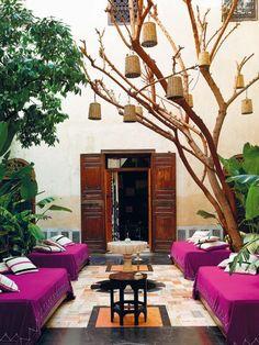 ¿Cualquier tiempo pasado fue mejor? El de esta construcción marroquí fue, cuando menos, impresionante. Hoy es el hotel El Fenn, un oasis deco en Marrakech donde los colores vibrantes y las piezas arty rodean a clientes especiales, envueltos por el silencio. Moroccan Design, Moroccan Decor, Marrakech, Oasis, Outdoor Lounge, Outdoor Decor, Outdoor Living Rooms, Interiors Magazine, Best Flooring
