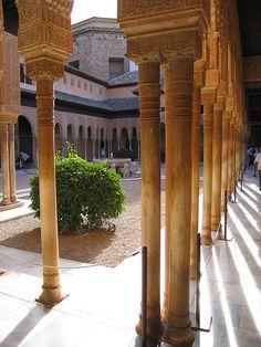 Palacio Nazaries, Alhambra, Granada    Patio de los Leones
