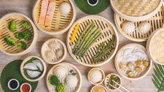 Door gebruik te maken van een stoommandje van bamboe giet u een laagje water in een pan of wok en brengt u het aan de kook. U plaatst het bamboe mandje op de pan of wok en u kunt uw groenten stomen. Doordat de vitamines van de groenten langer bewaard blijven, kunt u door gebruik te maken van een stoommandje op een gezonde manier koken. En door het stomen van uw groenten blijft de smaak beter behouden dan wanneer u de groenten kookt.