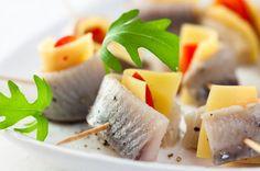 Koreczki śledziowe z serem żółtym - Przepis - Onet Gotowanie