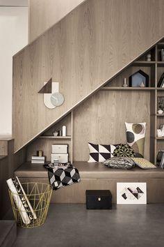 Een slim idee om de ruimte onder je #trap te benutten. De #accessoires zijn van #FermLiving.