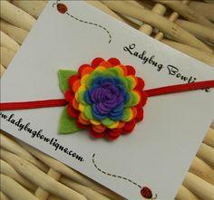 Clip de la flor o cinta elástica delgada - arco iris colorido de fieltro de lana