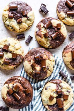 Brookies #brookies #brownie #cookie #chocolatechipcookie #cookies #chocolate #dough #treats #snack #picnic #baking #dessert Salted Chocolate Chip Cookies, Mini Chocolate Chips, Dessert Chocolate, Just Desserts, Delicious Desserts, Baking Recipes, Cookie Recipes, Cookie Desserts, Brookies Recipe