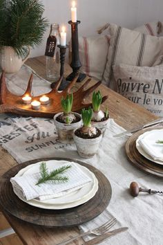 Simple and rustic Christmas tablescape. Rustic Christmas, White Christmas, Christmas Time, Simple Christmas, Christmas Place, Vintage Christmas, Xmas, Christmas Lunch, Nordic Christmas