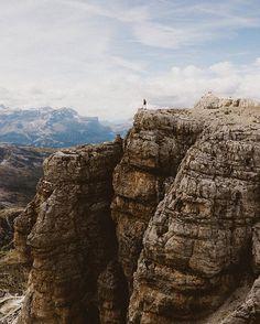 On the edge at 9200 feet 🤘🏻 📸: @emilia_forsman