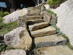 Comment créer un escalier dans un milieu naturel sans détruire la beauté de la nature? La réponse en image par Maxhorti, entreprise spécialisée en aménagement paysager au Québec. #landscaping