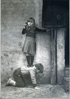 ¿Qué ves en la imagen?, ¿dónde crees que están?, ¿en qué época?, ¿a quién crees que está llamando?, ¿por qué?