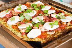 Zin in een pizza, maar wil je eigenlijk niet zo ongezond eten? Dan is deze pizza helemaal geschikt. Ook is de pizza glutenvrij. Er zit wel veel kaas in de pizza, maar daar moet je dan maar van houden. Ik vond hem iniedergeval erg lekker! Ingrediënten bodem: 3 courgettes (ik had toevallig nog een bolcourgette liggen, dus die gebruikte ik als derde) 3 kleine eieren 200 gram geraspte kaas Toppings: Tomatensaus naar keuze Mozzarella Champignons Salami Gedroogde tomaten Rasp de courgettes. Zorg…