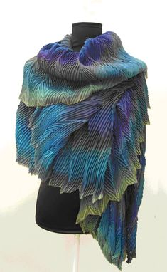This is an Arashi Shibori Pleated Scarf made by Anne Selby. It's made up from six layers of lightweight silk and is called 'Peacock Stole'. To make the pleats Anne Selby steams and drys the fabric. Textiles, Peacock Colors, Peacock Feathers, Ideas Joyería, Shibori Tie Dye, Fabric Manipulation, Silk Painting, Silk Scarves, Fabric Art