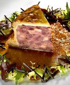 tourte de Gibier, pousses de salade et vinaigrette à la truffe
